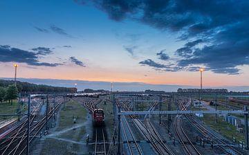 Rangierbahnhof Kijfhoek mit Güterzügen bei Sonnenuntergang von Arthur Scheltes