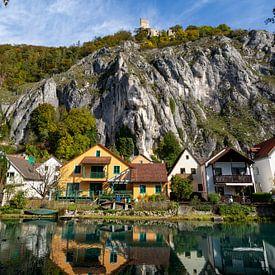 Idyllisch uitzicht op het dorp Markt Essing en het kasteel Randeck in Neder-Beieren van Reiner Conrad