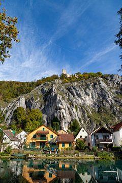 Vue idyllique du village de Markt Essing et du château de Randeck en Basse-Bavière sur Reiner Conrad