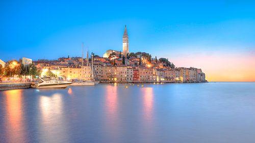 Rovinj Kroatie in het blauwe uurtje van