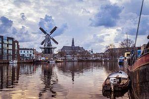 Zicht over het Spaarne van molen de Adriaan en de Grote Kerk  (Haarlem, Holland) van