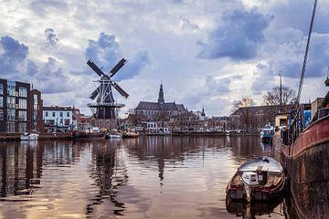 Blick auf das Spaarne der Mühle 'Adriaan' und die Grote Kerk (Haarlem, Holland) von ErikJan Braakman