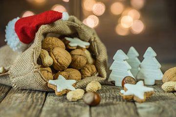 Advent en Kerstmis compositie met voedsel, snoep, kerst ornamenten van Alex Winter