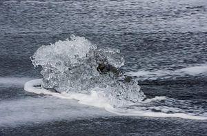 Klein ijsblok op IJslands strand van