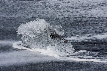 Klein ijsblok op IJslands strand van Daan Kloeg