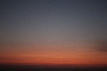 Subtiele maan   Zonsondergang in India   Rood licht boven oceaan van Wendy Boon