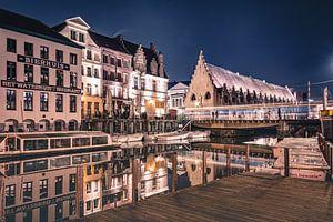 Nachtopname van het Waterhuis aan de Bierkant in de stad Gent van Daan Duvillier