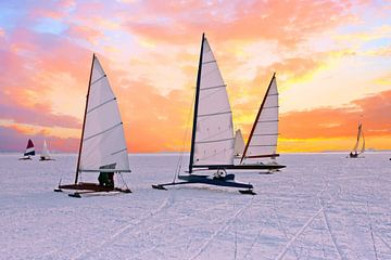 IJszeilen op de Gouwzee bij zonsondergang in Nederland van Nisangha Masselink