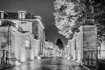 Benschopperpoort IJsselstein bij avond in zwartwit van Tony Buijse