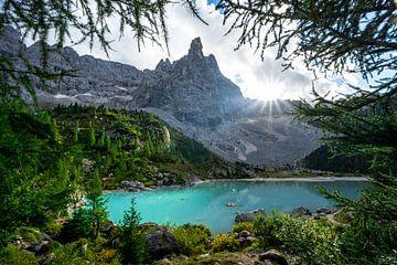 de laatste zonneschijn aan het Lago del Sorapiss met zijn turquoise water van Leo Schindzielorz