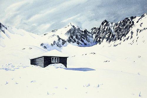 Afgelegen winter cabine omringt door sneeuw en bergen