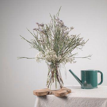 Vase mit Blumen und Gießkanne von Marian Waanders
