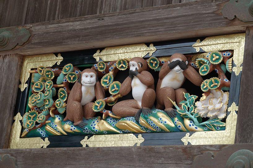 Horen, zien en zwijgen aapjes bij de Toshogu shrine in Nikko, Japan van Aagje de Jong