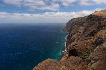 Steilküste entlang der Uferpromenade der Insel Madeira von Robin van Maanen