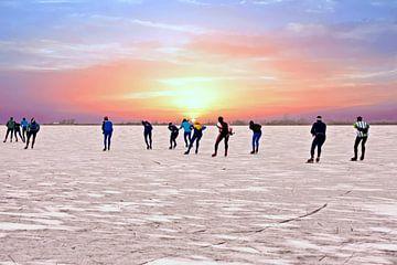 Schlittschuhlaufen auf dem Gouwzee bei Sonnenuntergang in den Niederlanden von Nisangha Masselink