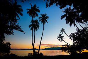 zonsondergang Uepi Salomon eilanden van Ron van der Stappen