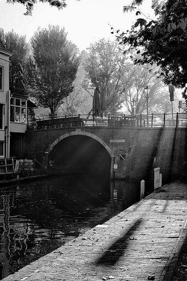Tegenlicht in Utrecht: De Bijlhouwersbrug over de Oudegracht in Utrecht in zwart-wit van De Utrechtse Grachten