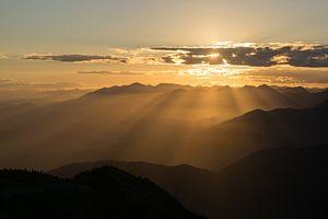 Zonsondergang in de bergen van