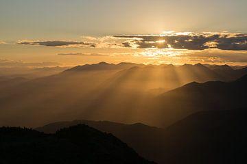 Coucher de soleil dans les montagnes sur Heleen Middel