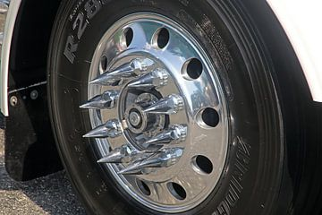 Amerikaanse vrachtwagen close-up van het wiel van Ramon Berk