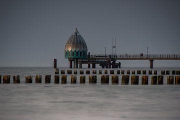 De pier en duikklok van Zingst met houten platforms aan de Oostzee van David Esser