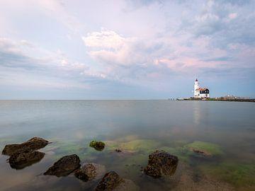 Der Leuchtturm Marken an einem schönen Sommerabend von OCEANVOLTA