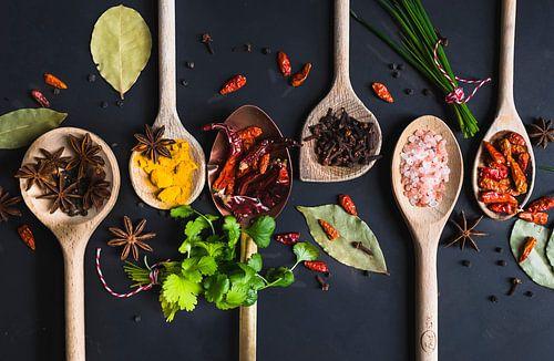 Pollepels kruiden, herbs on wooden spoons