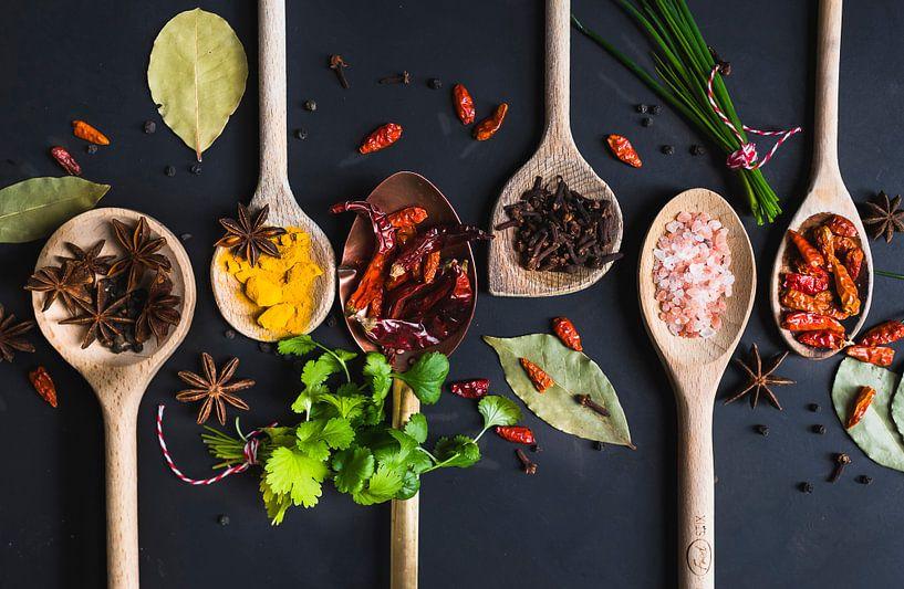 Pollepels kruiden, herbs on wooden spoons van Corrine Ponsen