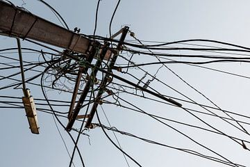 Alte Elektrokabel an einer Straße in New Dehli, Indien von Tjeerd Kruse