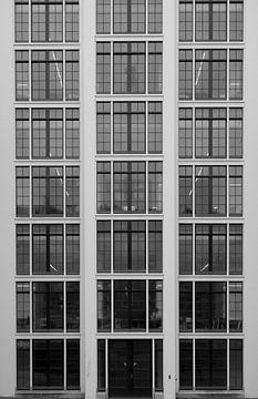 Alte Glasfassade in schwarz und weiß von Hildisvini