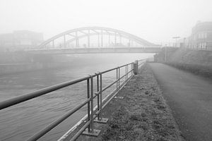 een mistige ochtend aan de brug over de Leie naar de Barakken in Menen, Belgie van Fotografie Krist / Top Foto Vlaanderen