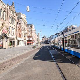 Rue Rokin avec un tram passant à Amsterdam sur Sjoerd van der Wal