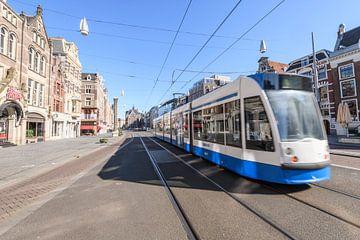 Rokin met een passerende tram in Amsterdam van Sjoerd van der Wal