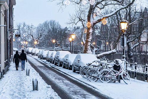 Sneeuw op de Oudegracht in Utrecht