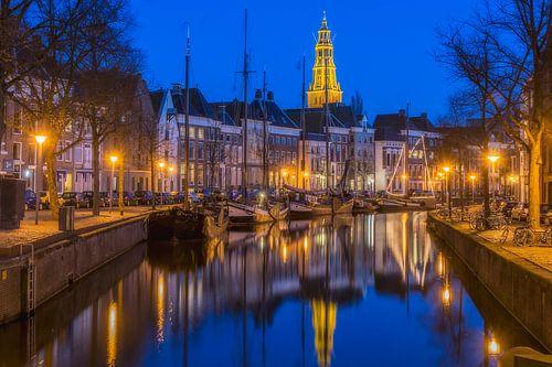 Blauwe uur met een uitzicht op de Der Aa-kerk in Groningen