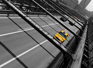 Gele taxi op de Brooklyn Bridge ( New York City) van Marcel Kerdijk