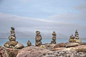 Vier steenmannetjes in Reykjavik van Frans Blok