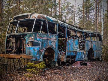 Verroest en verlaten oude bus op een autokerkhof