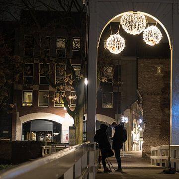 Zwei Silhouetten auf der Brücke in Zwolle. von Idema Media