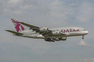 Airbus A380 van Qatar Airways in de landing gefotografeerd bij Londen Heathrow.