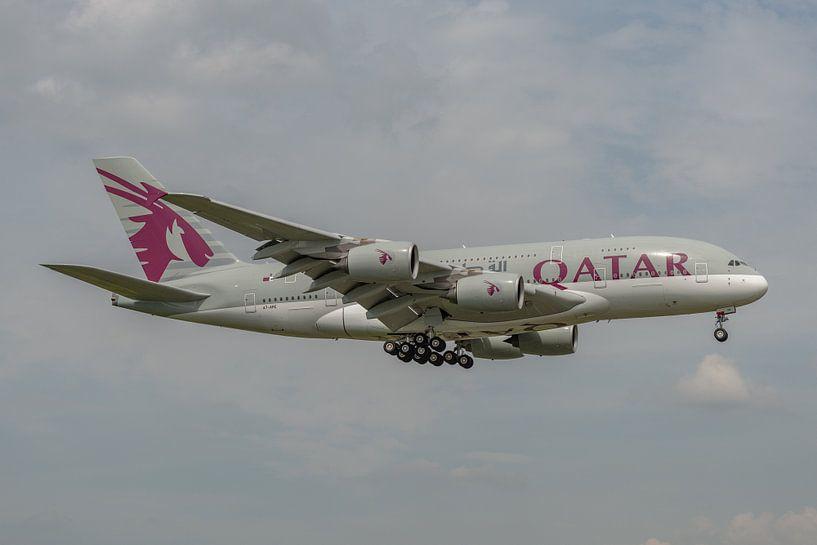 Airbus A380 van Qatar Airways in de landing gefotografeerd bij Londen Heathrow. van Jaap van den Berg