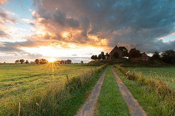 Beeindruckender Himmel über der Kirche von Ezinge von P Kuipers