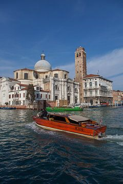 Hölzernes Schnellboot auf Kanal in der Altstadt von Venedig, Italien von Joost Adriaanse