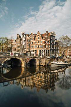 Kanaal en oude huizen in Amsterdam, Nederland. van Lorena Cirstea