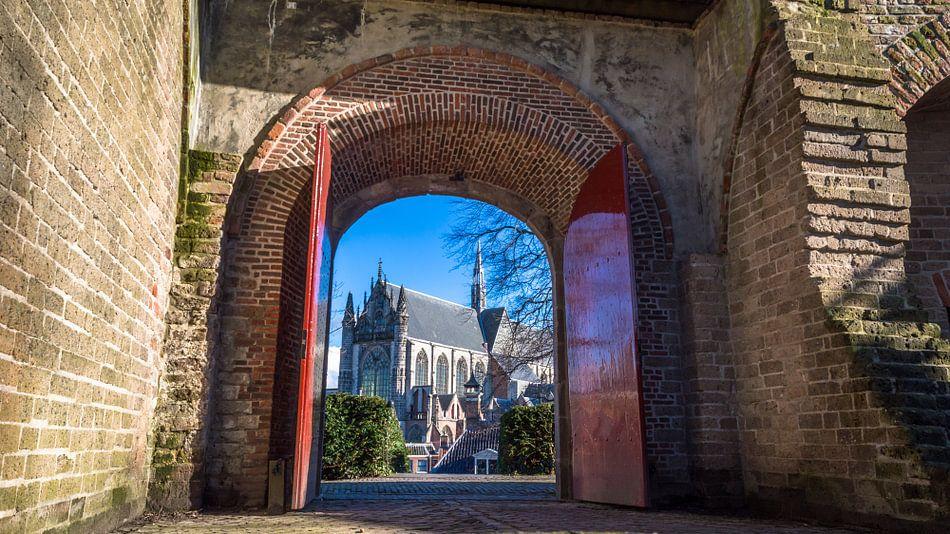 Doorkijkje vanaf de Burcht naar Hooglandse Kerk