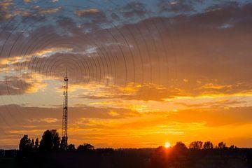 Zendmast met radio golven bij zonsondergang van Peter Hermus