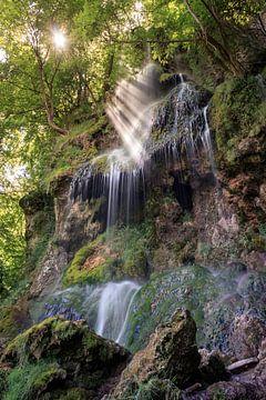 Lichtstrahlen am Uracher Wasserfall von Severin Frank Fotografie