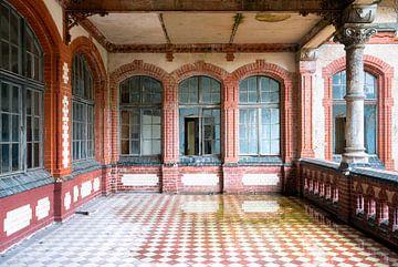 Verlassener Balkon im Verfall. von Roman Robroek