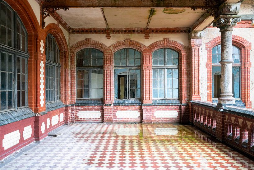 Verlaten Balkon in Verval. van Roman Robroek