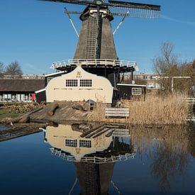 Molen de Ster in Utrecht met zijn reflectie in kleur van De Utrechtse Grachten